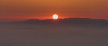 Collsuspina . Sortida del sol en el dia d&acute;avui amb boira sobre Osona. <br /> <br /> Foto C.I.C. <a href=mailto:info@elmoianes.cat>info@elmoianes.cat</a> <br /> <br /> Per visualitzar un clip de video, clika <a href=http://es.youtube.com/watch?v=eZ86xYMvKjc target=_blank title=Sortida del Sol en un dia d&acute;estiu>aqu&iacute; ...</a>